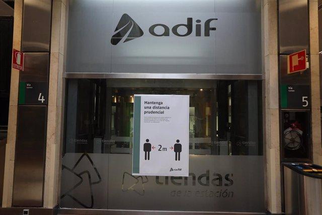 Cartel en el que se lee 'Mantenga una distancia prudencial' en la Estación de Chamartín