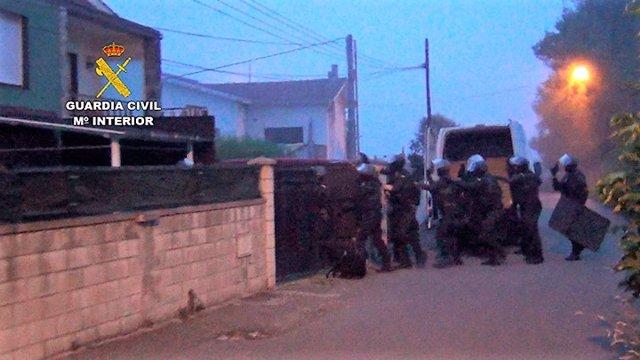 Agentes de la Guardia Civil en la entrada para un registro de la banda desarticulada por robo en una vivienda de Chiclana