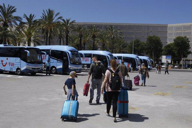 Viajeros procedentes de Alemania, dentro del plan piloto, suben a los autobuses en el aeropuerto de Palma.