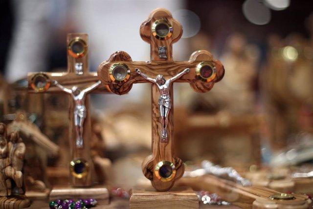 Crucifijos expuestos en la Feria Internacional de Turismo- FITUR 2020, en Madrid (España), a 23 de enero de 2020.