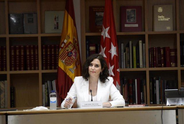 La presidenta de la Comunidad de Madrid, Isabel Díaz Ayuso, durante su reunión con representantes de la plataforma Juntos por la Hostelería, en la Real Casa de Correos, Madrid (España).
