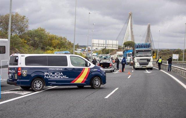 Efectivos de la Guardia Civil y de la Policía Nacional realizan controles en Ayamonte en el primer día en el que España ha restablecido los controles de fronteras terrestres en una imagen de archivo.