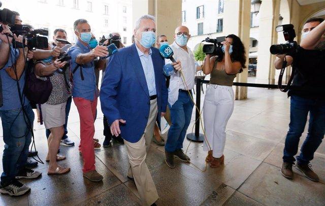 El exalcalde del PP de Alicante Luis Díaz Alperi, esquiva a los medios a su llegada a la Audiencia Provincial de Alicante para sentarse en el banquillo de los acusados por el caso Brugal