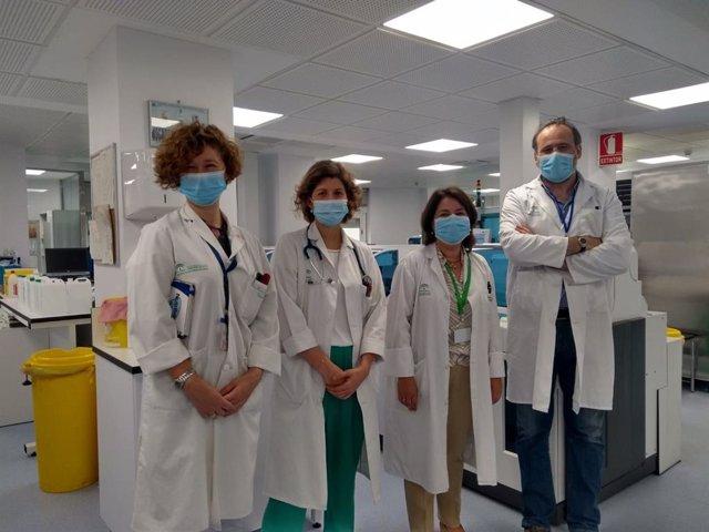 Coautoras del documento junto a los jefes de servicio de la Unidad de Pediatría y Laboratorio Clínico