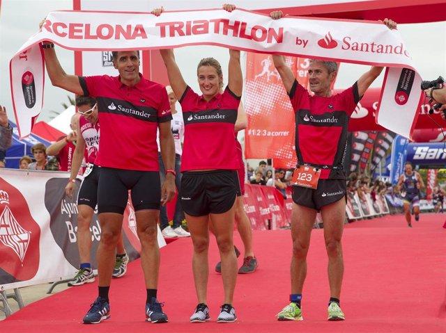 Miguel Indurain Mireia Belmonte Martín Fiz tras completar la Barcelona Triathlon by Santander en 2016
