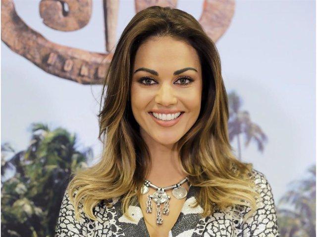 """Lara Álvarez y su inconfundible sonrisa durante la presentación de la última edición de """"Supervivientes"""""""