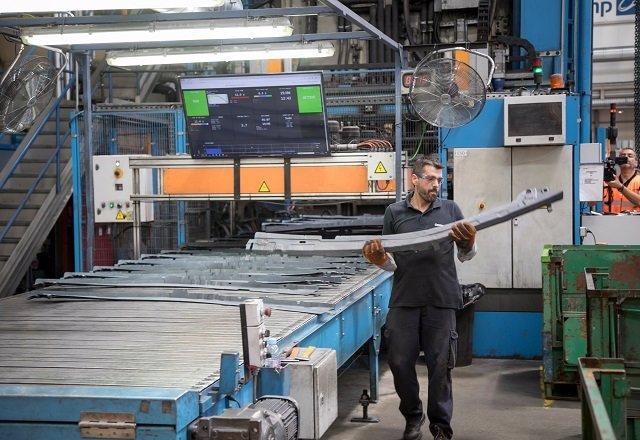 Trabajador en fábrica de componentes vehículos