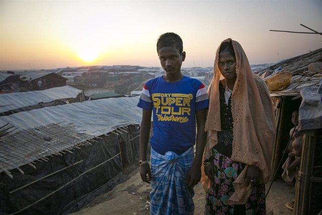 Hashimullah, de 18 años, y su mujer, Farmina Begum,de 16, en el campo de refugiados rohingyas en el que viven
