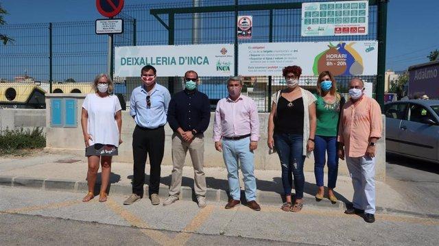 El conseller de Medio Ambiente y Territorio, Miquel Mir, junto al director general de Residuos y Educación Ambiental, Sebastià Sansó, y el alcalde de Inca, Virgilio Moreno, visitan el punto verde de la localidad.