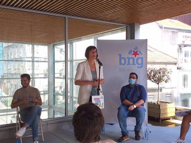 La candidata del BNG a la presidencia de la Xunta, Ana Pontón, en un encuentro con jóvenes en Vigo.