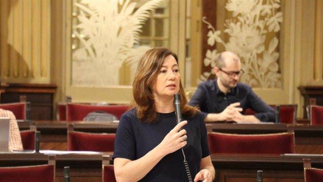 La presidenta del Govern, Francina Armengol, en el pleno.