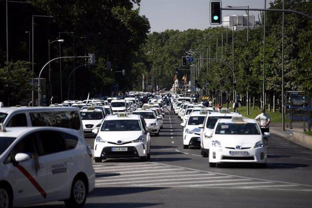 Taxis concentrados en el Paseo de Recoletos durante una macroconcentración de vehículos convocada por la Federación Profesional del Taxi de Madrid y Élite Taxi, en Madrid (España), a 30 de junio de 2020.