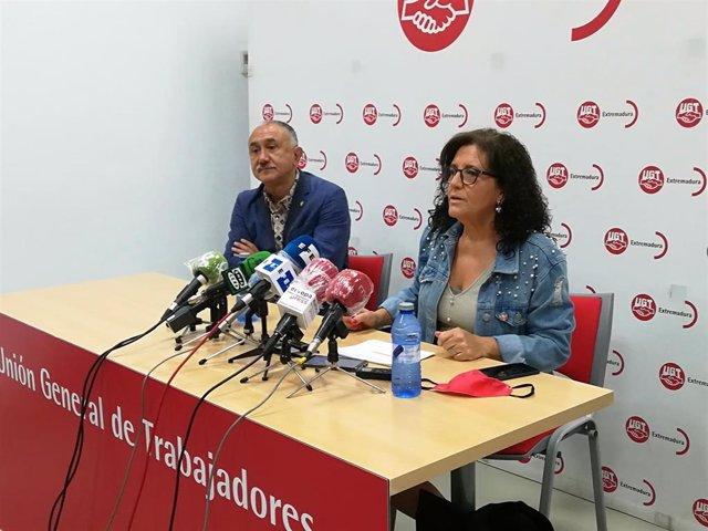 La secretaria general de UGT en Extremadura, Patrocinio Sánchez, en rueda de prensa en Mérida junto al secretario general de UGT, Pepe Álvarez, este martes.