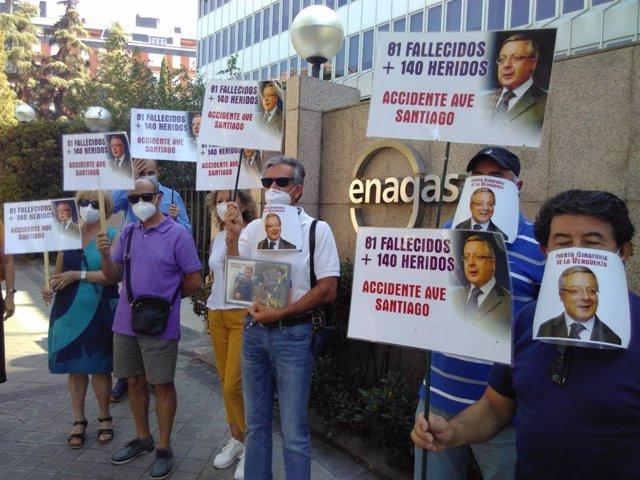 Víctimas del Alvia protestan ante la sede de Enagás contra le nombramiento de José Blanco como consejero