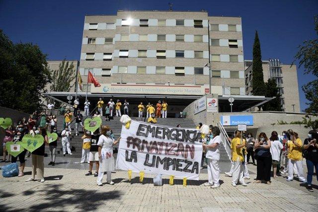 Concentración de limpiadoras del Hospital Gregorio Marañón a las puertas del hospital durante la primera jornada de huelga de las trabajadoras del centro hospitalario, en Madrid (España), a 29 de mayo de 2020.