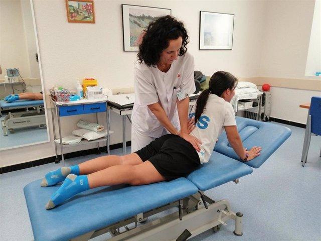 Imagen de archivo de una fisioterapeuta del Hospital Regional de Málaga mientras realiza un tratamiento de rehabilitación de lumbares.