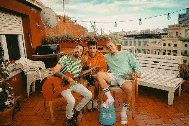 El grupo barcelonés Stay Homas en su terraza.