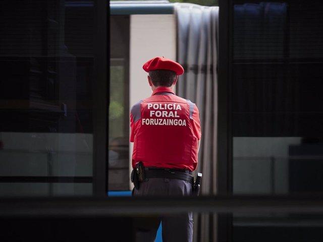 Un policia foral vigila en las inmediaciones del Parlamento de Navarra en el que  se ha celebrado un pleno