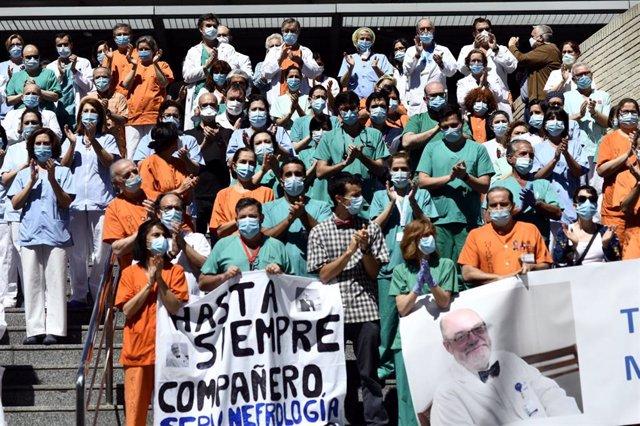 Profesionales sanitarios del  Hospital Gregorio Marañón guardan un minuto de silencio en homenaje al médico especialista en nefrología e investigador del centro Alberto Tejedor, fallecido a causa del coronavirus