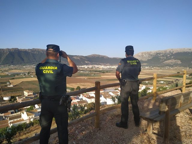 Agentes de la Guardia Civil en el Llano de Zafarraya