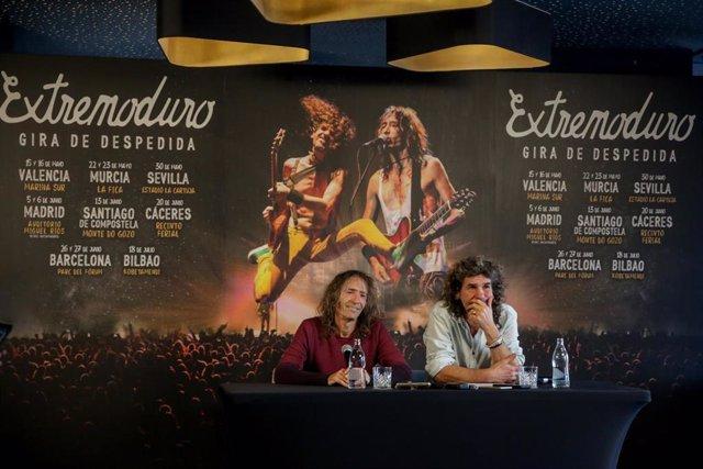 Roberto Iniesta e Iñaki 'Uoho' Antón de Extremoduro durante una rueda de prensa en la que confirmaron su gira de despedida. Hotel RIU Plaza España de Madrid (España), a 19 de diciembre de 2019.