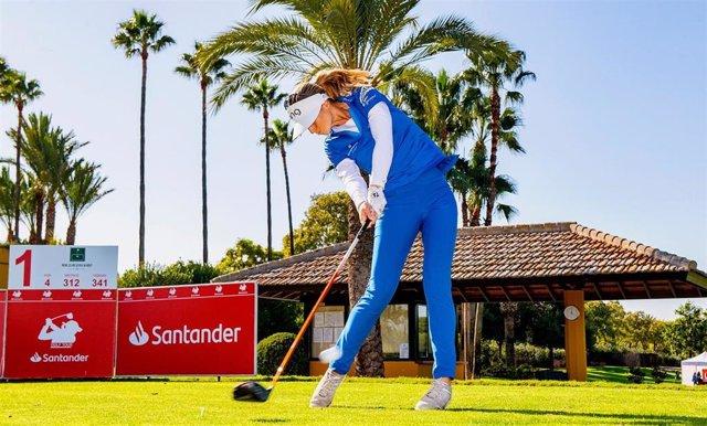 La española Noemí Jiménez ejecuta un golpe durante una prueba del Santander Golf Tour