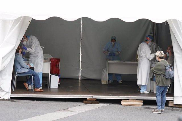 Trabajadores sanitarios realizan test de Covid-19 en la zona habilitada en el Hospital de Basurto en Bilbao