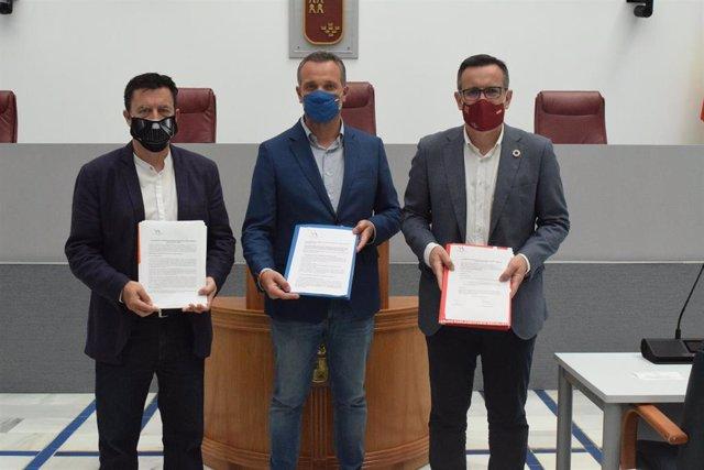 Los portavoces de los tres partidos entregan las enmiendas en la Asamblea