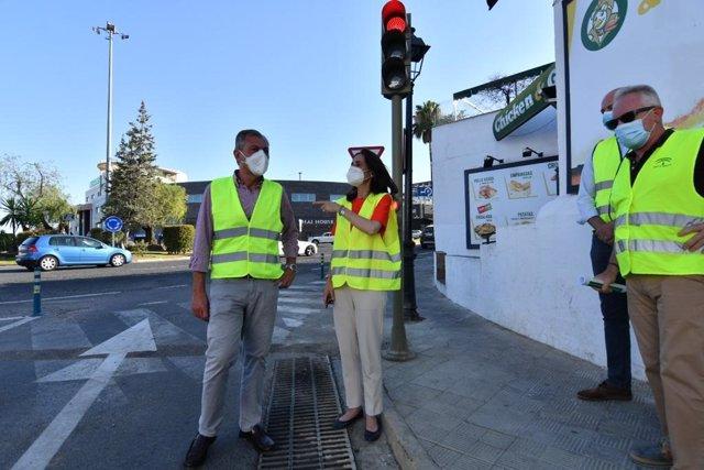 La delegada territorial de Fomento, Susana Cayuelas, y el alcalde de Tomares, José Luis Sanz, con motivo de la regulación con semáforos de la glorieta de acceso a la localidad desde El Manchón