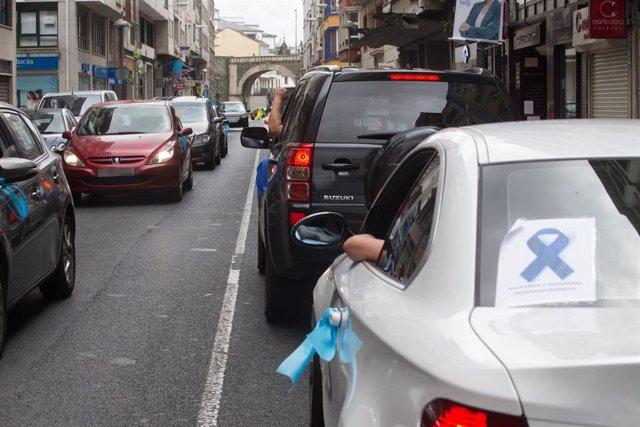 Vehículos de trabajadores de Alcoa llegan a Lugo durante una marcha de coches en caravana convocada por el comité de Alcoa San Cibrao