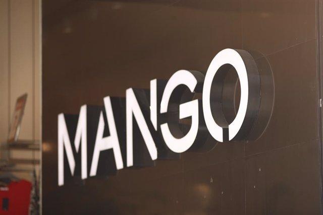 Rètol de la marca de roba Mango a l'entrada d'una de les seves botigues.
