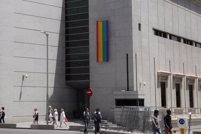 El Congreso de los Diputados coloca la bandera LGTBI en el acceso de la esquina de la Carrera de San Jerónimo con la calle Cedaceros durante las fiestas del Orgullo Gay 2019.