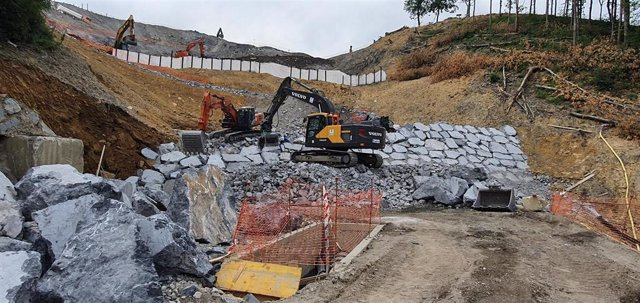 Obras de construcción del dique en el vertedero de Zaldibar.