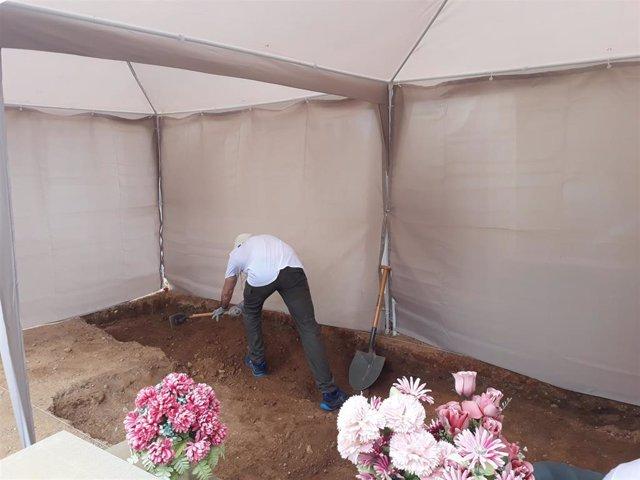 Trabajos de exhumaciones en el cementerio de Castelló