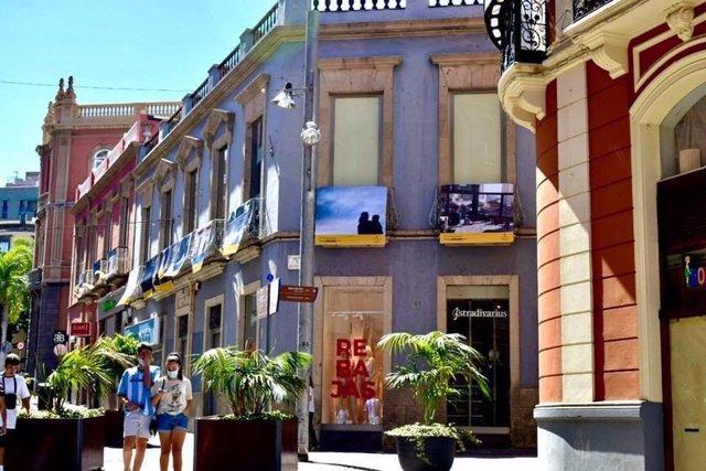 Fotografías del confinamiento expuestas en la calle Castillo de Santa Cruz de Tenerife, con la iniciativa 'Desde mi balcón'