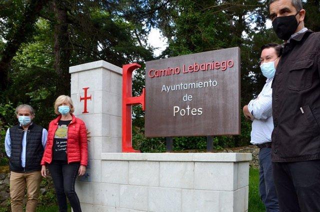 Lombó junto al alcalde, Javier Gómez, Manuel Bahíllo y Bernardo Colsa en el monolito de Potes