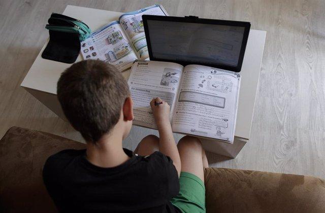 Un alumno de primaria hace los deberes en casa en una imagen de archivo.