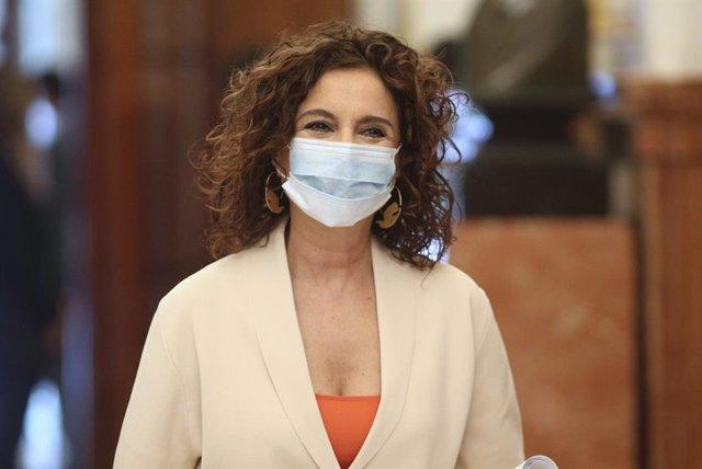 La portaveu del Govern i ministra d'Hisenda, María Jesús Montero, protegida amb mascarilla a la seua arribada al Congrés