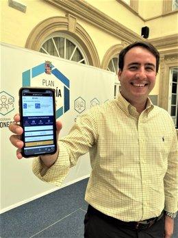El vicepresidente de Diputación Fernando Giménez muestra la aplicación Logitravel