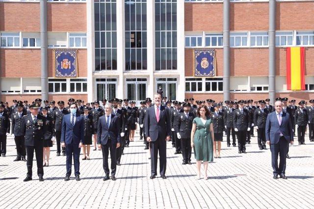 El Rey junto al ministro del Interior, Fernando Grande Marlaska y el resto de autoridades en la jura de la promoción de la Escala Básica de la Policía en el Complejo Policial de Canillas, en Madrid