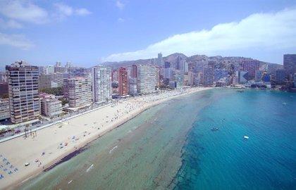Benidorm registra picos de ocupación de 17.000 bañistas en sus playas y acumula 110.000 usuarios