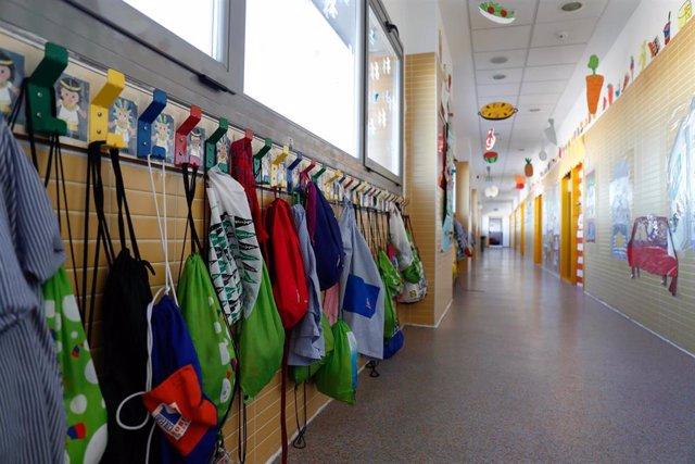 Pasillo en el interior de un colegio. Foto de archivo