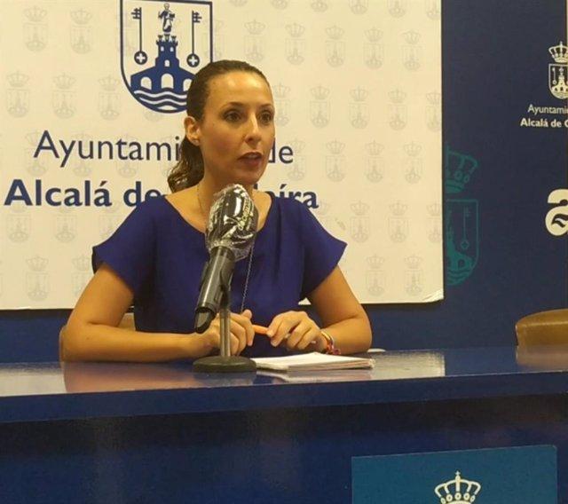 La delegada de Juventud en el Ayuntamiento de Alcalá de Guadaíra (Sevilla), Rosa Carro, en rueda de prensa.