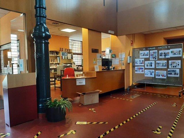 Biblioteca municipal con medidas de seguridad