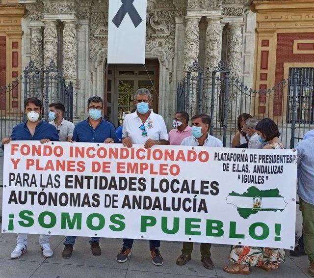 Imagen de la protesta de las ELA este martes frente al Palacio de San Telmo, sede de la Presidencia de la Junta de Andalucía.