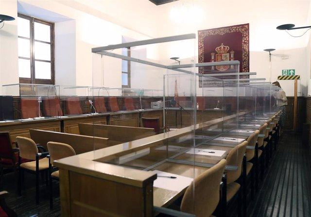Imagen de la sala de la Audiencia de Granada con medidas de seguridad por la COVID-19 (Foto de archivo).