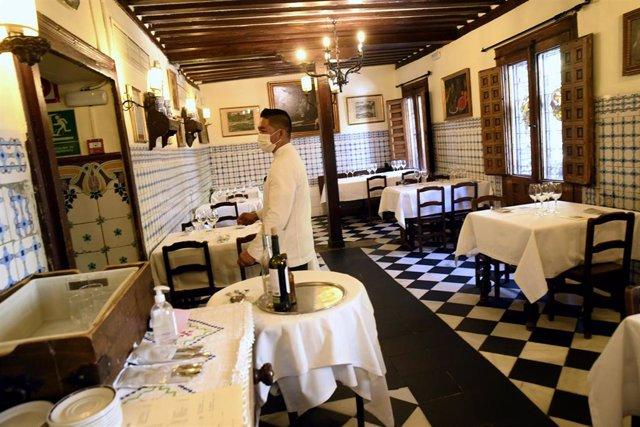 Un camarero del 'Restaurante Sobrino de Botín', más conocido como 'Casa Botín' un día antes de su reapertura
