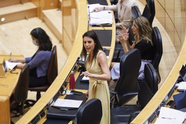 La Ministra de Igualdad, Irene Montero (i), durante su intervención en una sesión plenaria en el Senado
