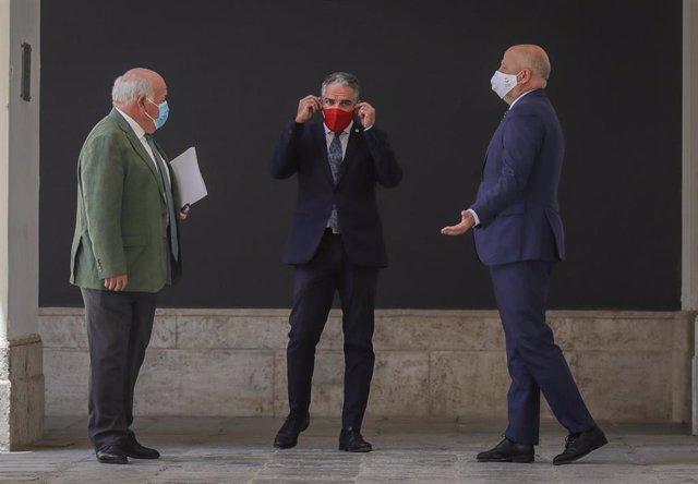 (I-D)El consejero de Salud y Familias, Jesús Aguirre; el consejero de Presidencia, Elías Bendodo, y el consejero de Educación y Deporte; Javier Imbroda, a su llegada a la rueda de prensa posterior al Consejo de Gobierno de la Junta de Andalucía. En Sevill