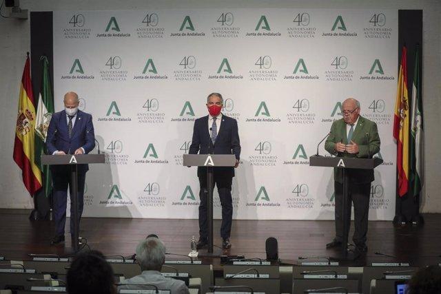 El consejero de Salud y Familias, Jesús Aguirre; el consejero de Presidencia, Elías Bendodo, y el consejero de Educación y Deporte, Javier Imbroda, en la rueda de prensa posterior al Consejo de Gobierno